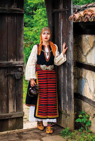 """2020 Календар с носии """"Девойко, мари хубава"""""""