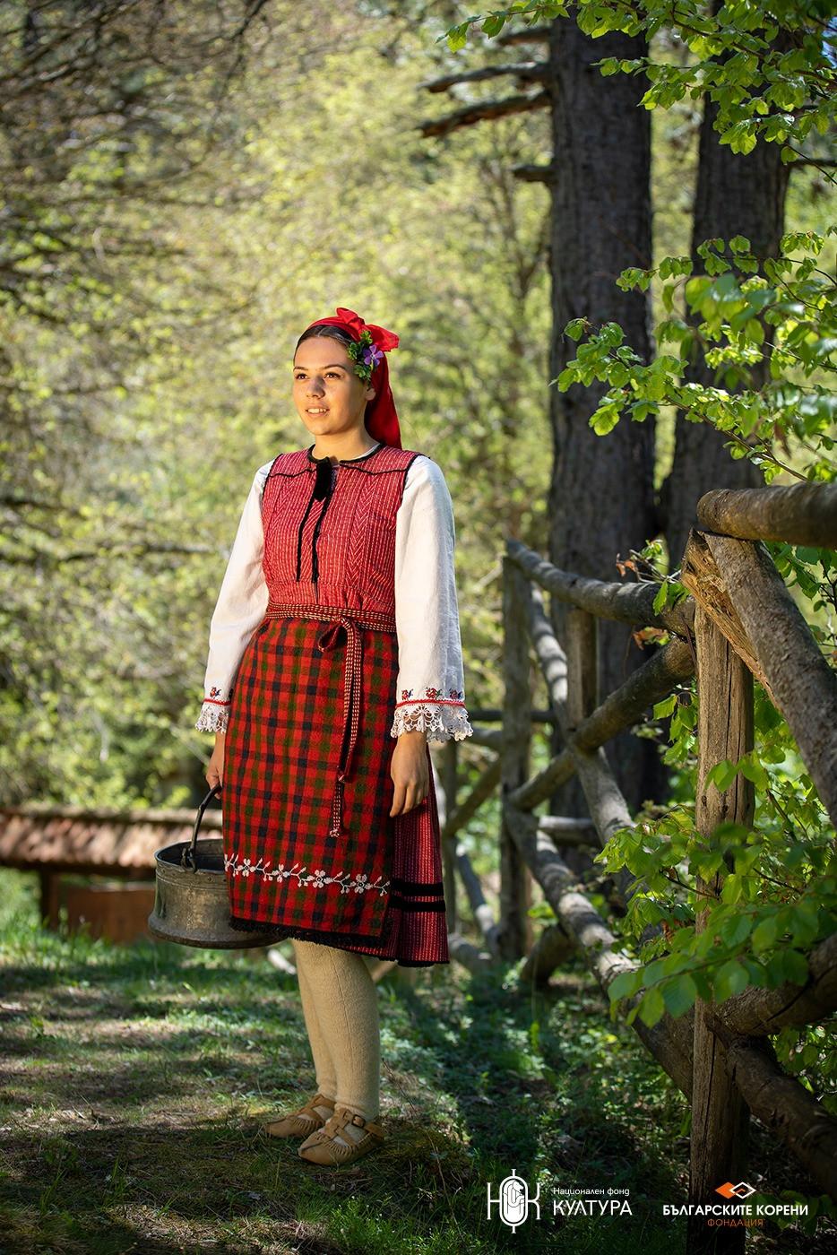 Червена фустанела, характерна за с. Баня от 20-те години на ХХ век.