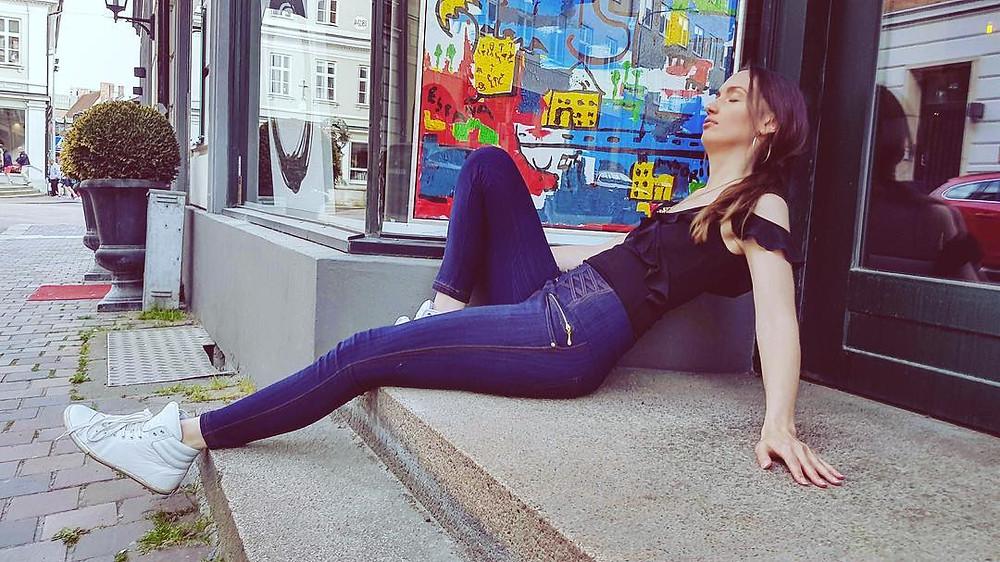 Gina Cinnamoni njuter av solen bredvid Madridinspirerade Plaza del Sol.