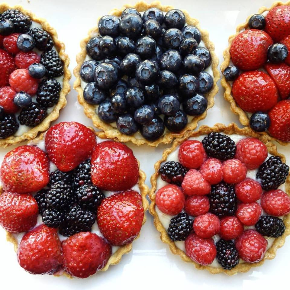 Fruit tarts with lemon curd