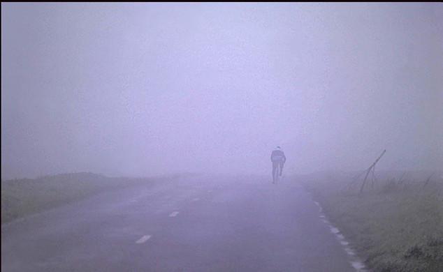 Cycliste dans le brouillard, en France