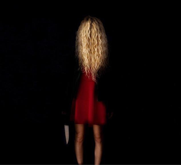 La femme en rouge avec tignasse