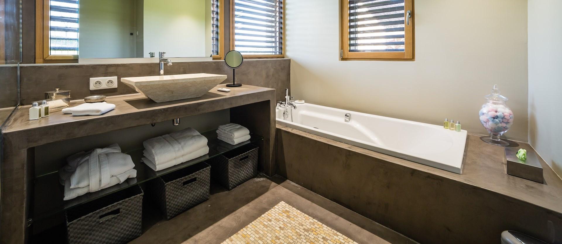 villa-le-village-contemporary-bathroom