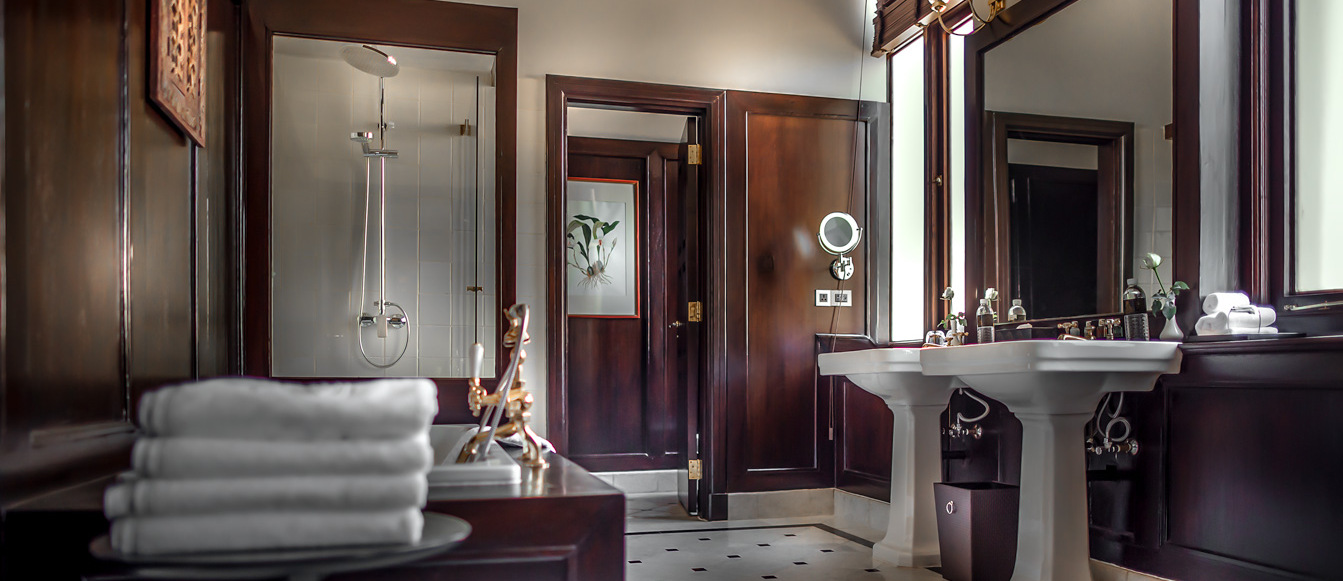 strand-hotel-yangon-bathroom