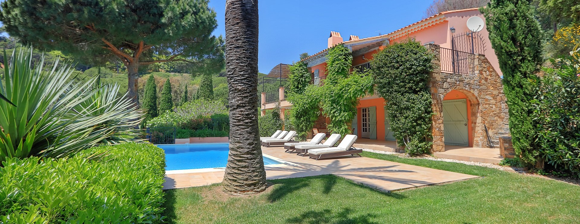 villa-gigaro-facade-pool-garden