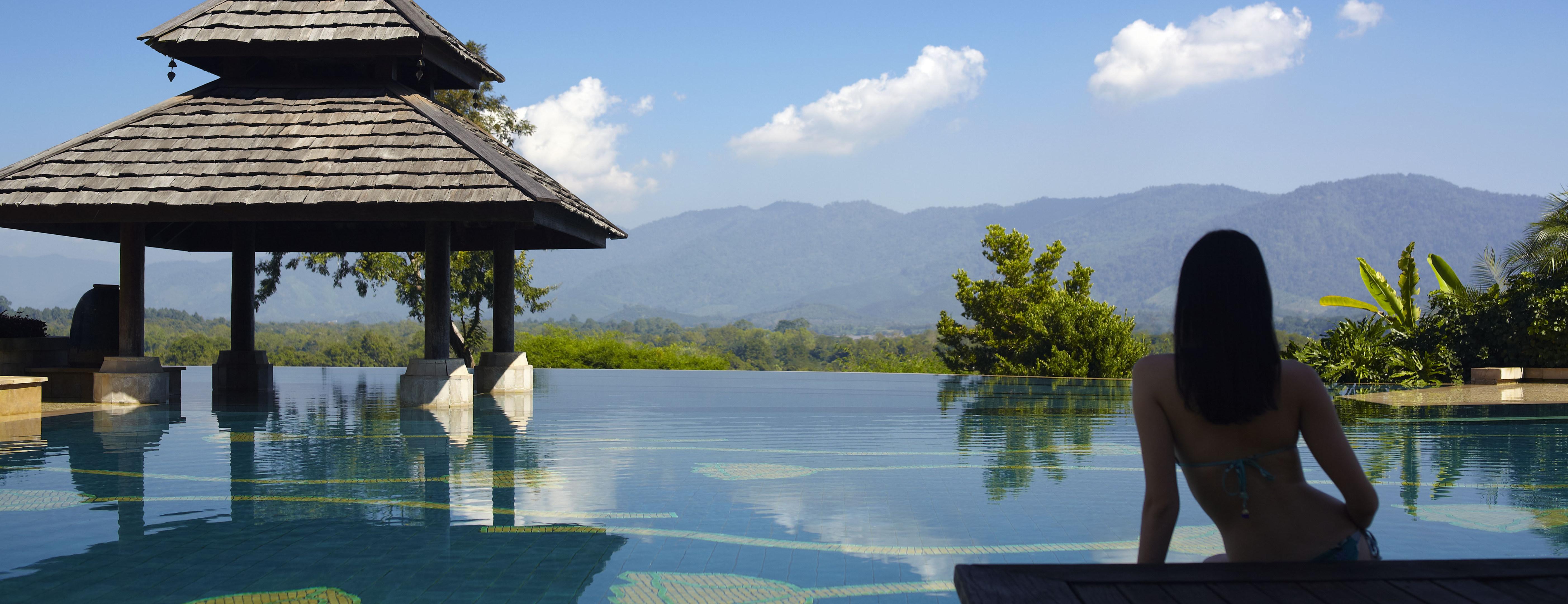 Mountain_view_across_pool