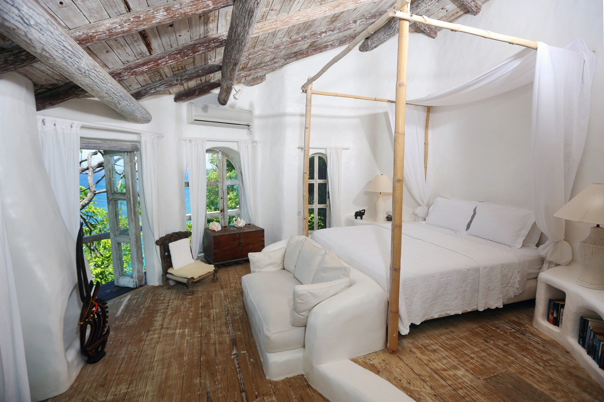 smugglers-nest-villa-double-bedroom-1