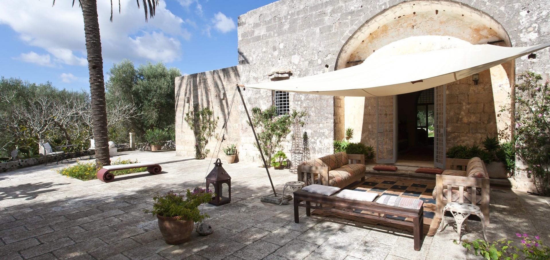 villa-le-more-puglia-shaded-terrace