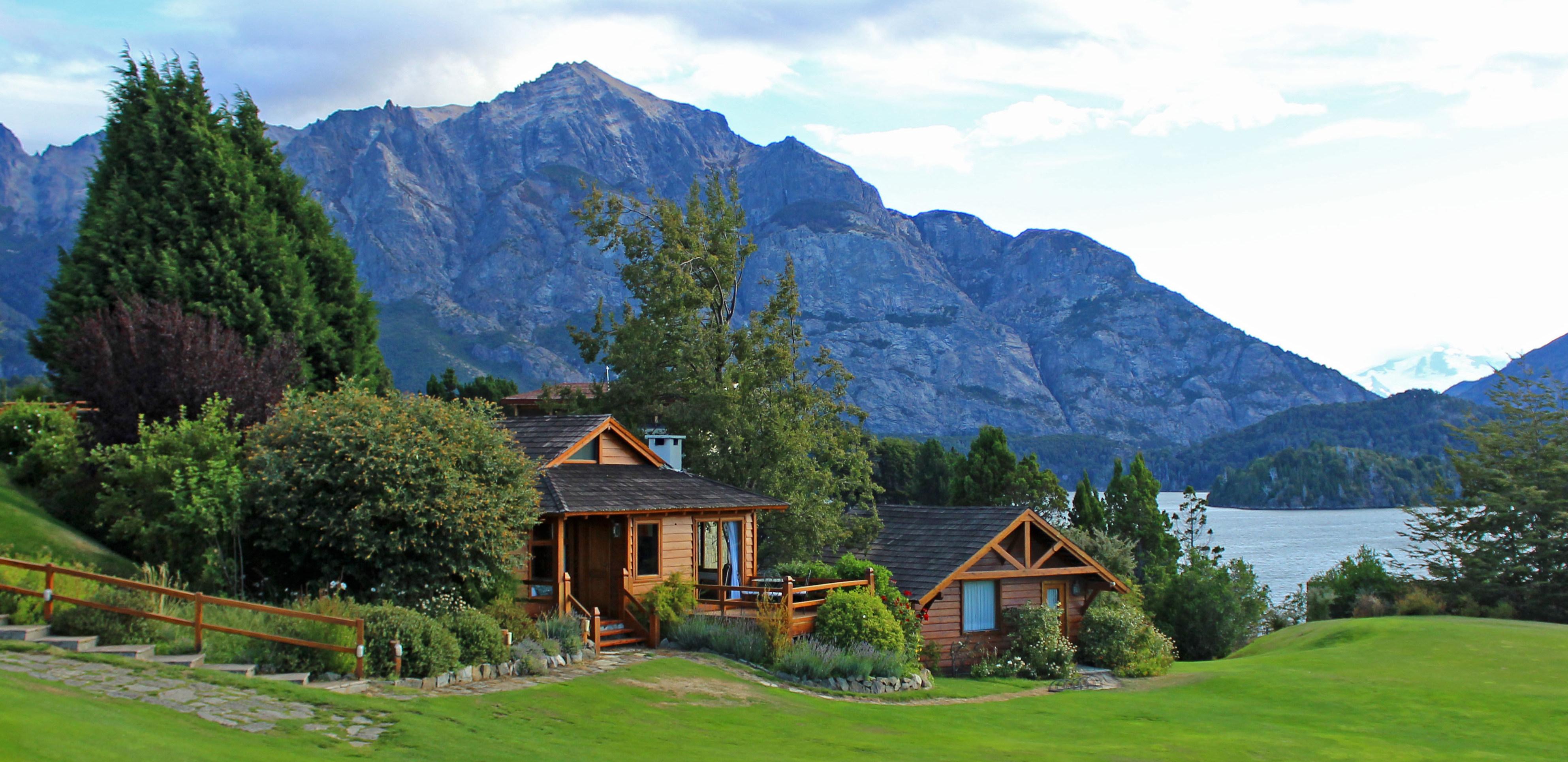 llao-llao-lake-cabin-exterior