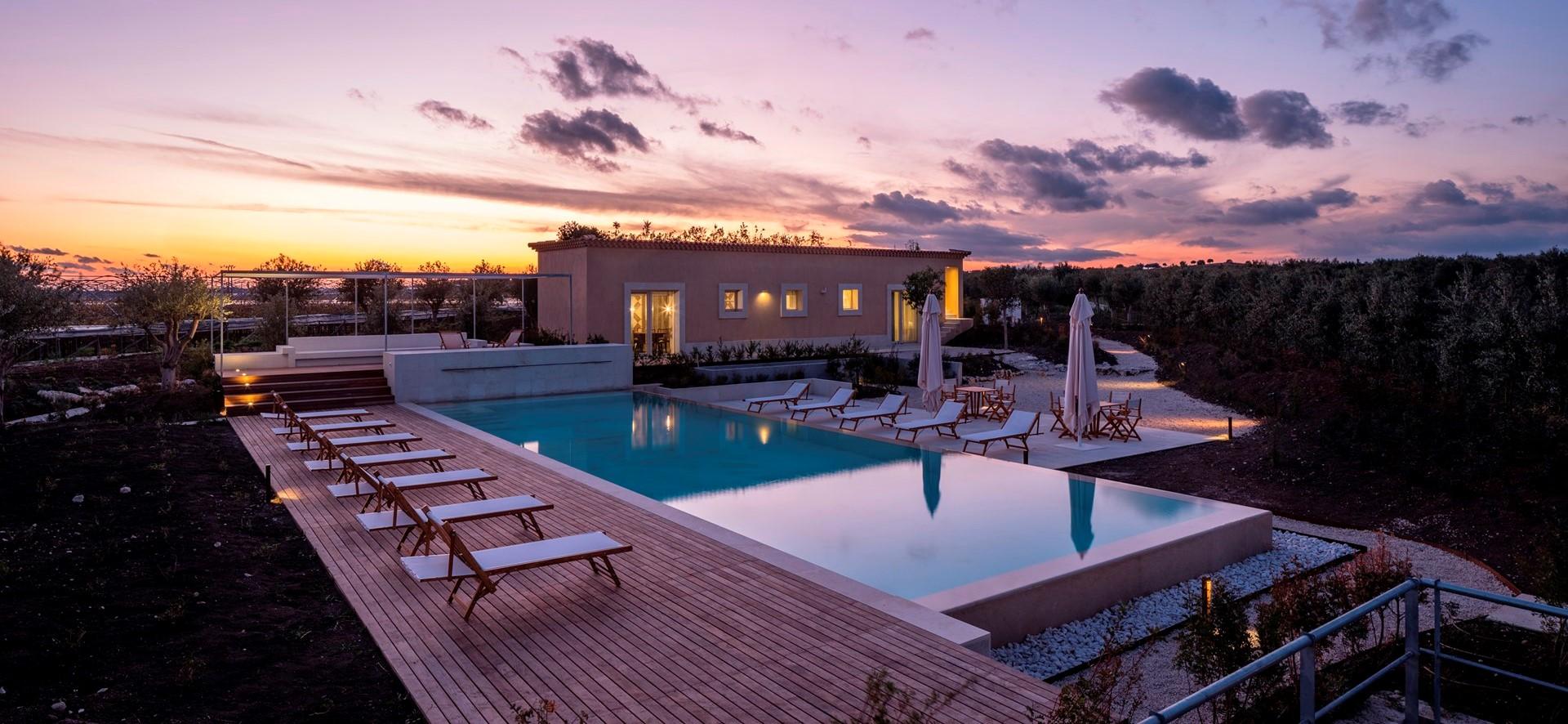 luxury-6-bed-villa-sicily-pool-twilight.