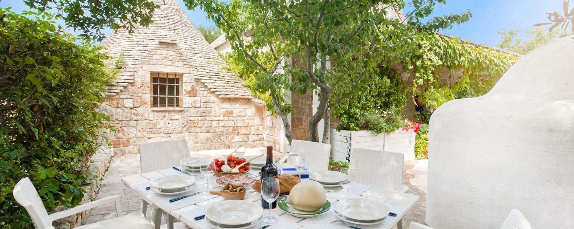 trulli-volpe-Alberobello-dining-terrace.