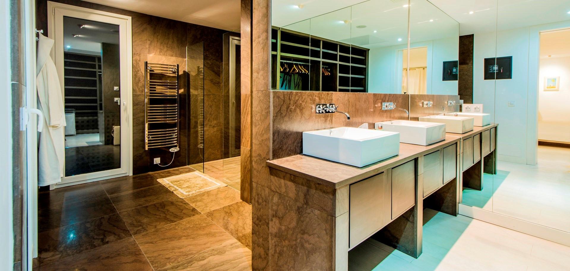 finca-jabali-master-bathroom