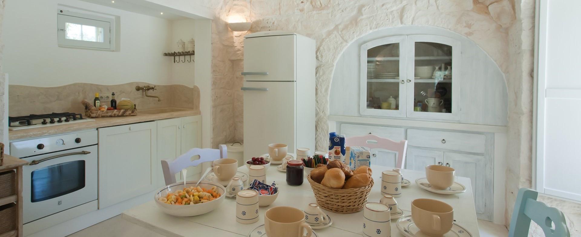 villa-giu-al-trullo-puglia-kitchen