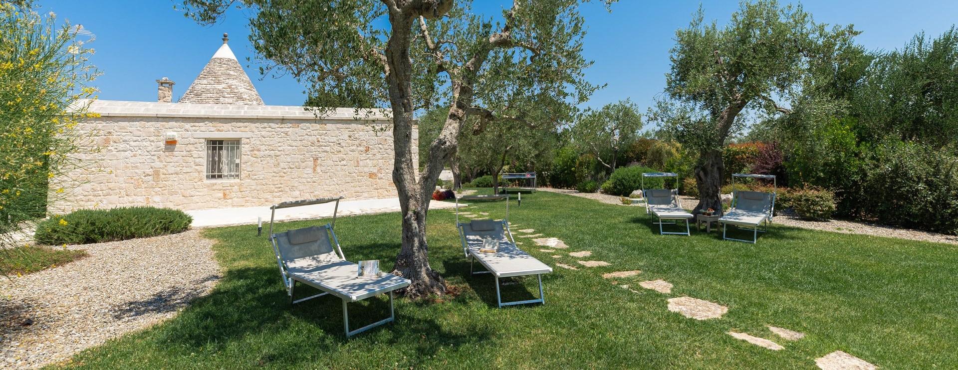 villa-giu-al-trullo-facade-garden
