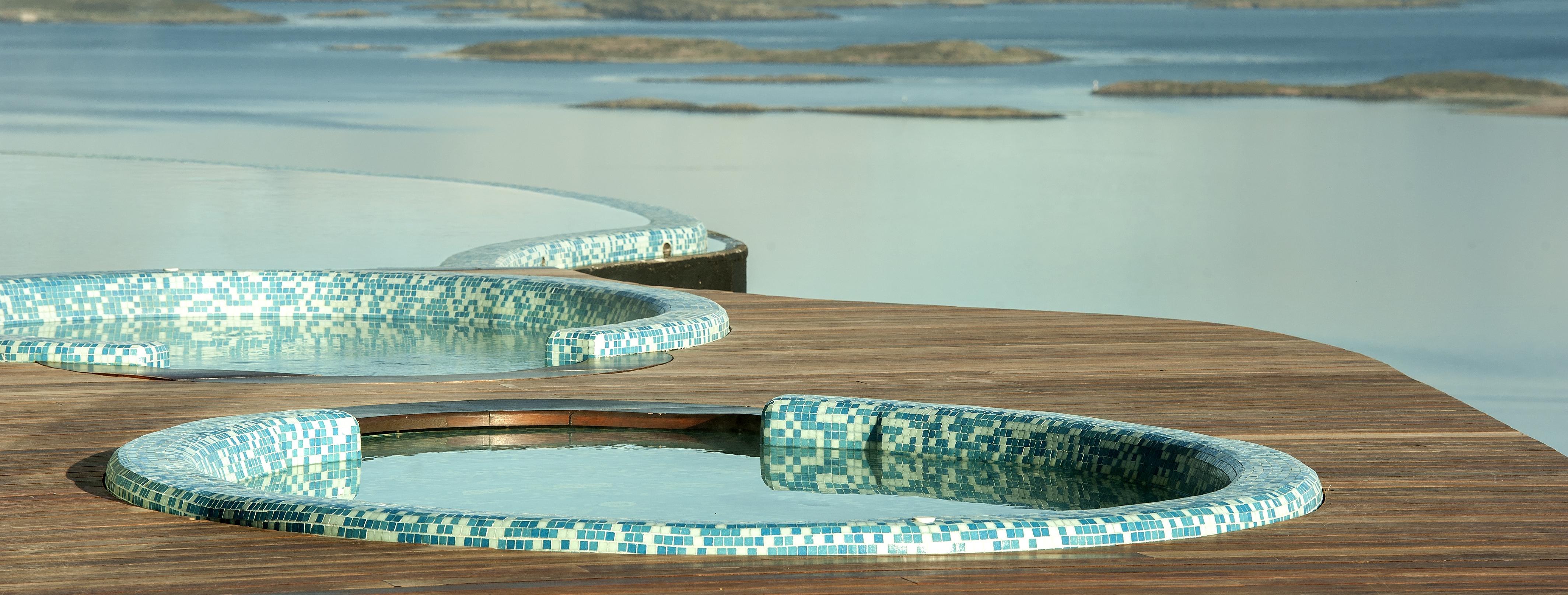 arakur-ushuaia-hotel-outdoor-hot-tubs