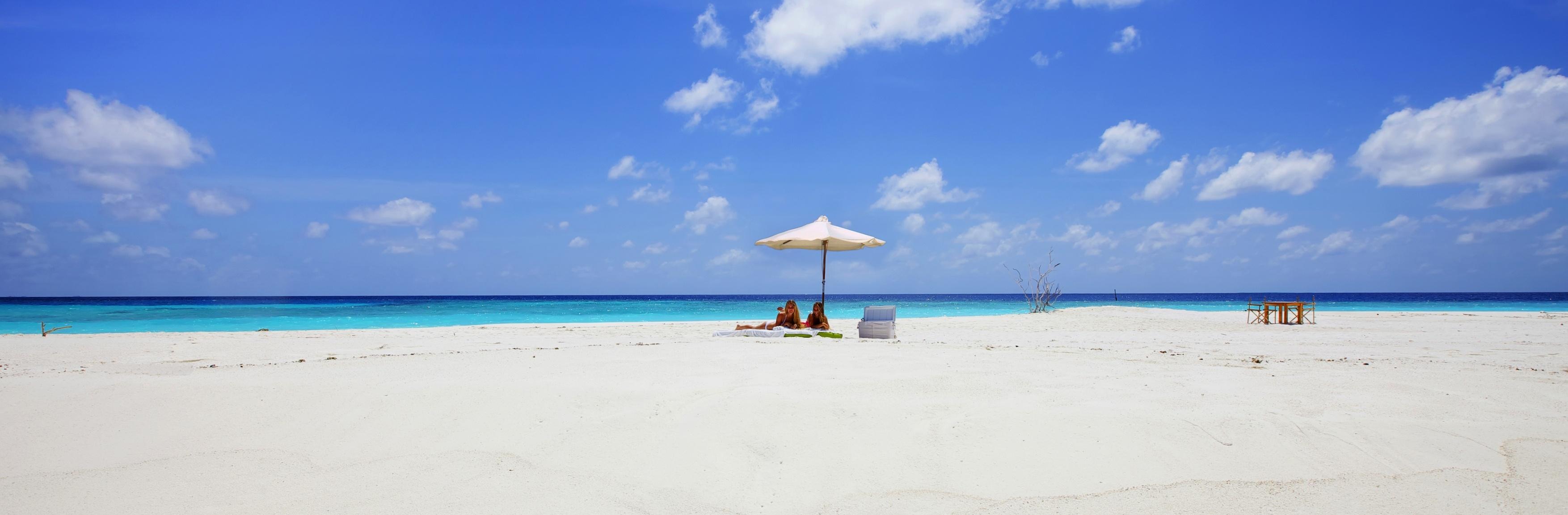 Sandbank_sunbathing_maldives