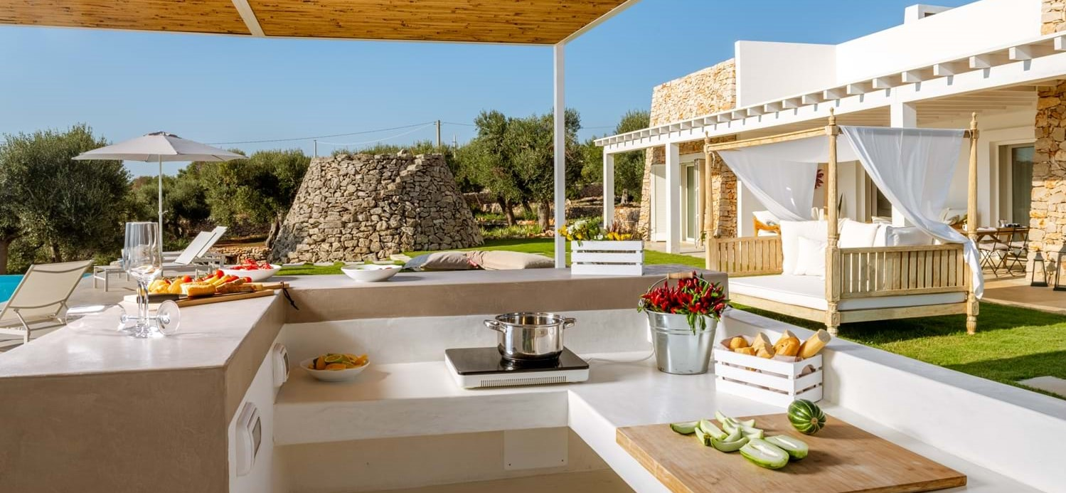 villa-la-pupazza-poolside-kitchen