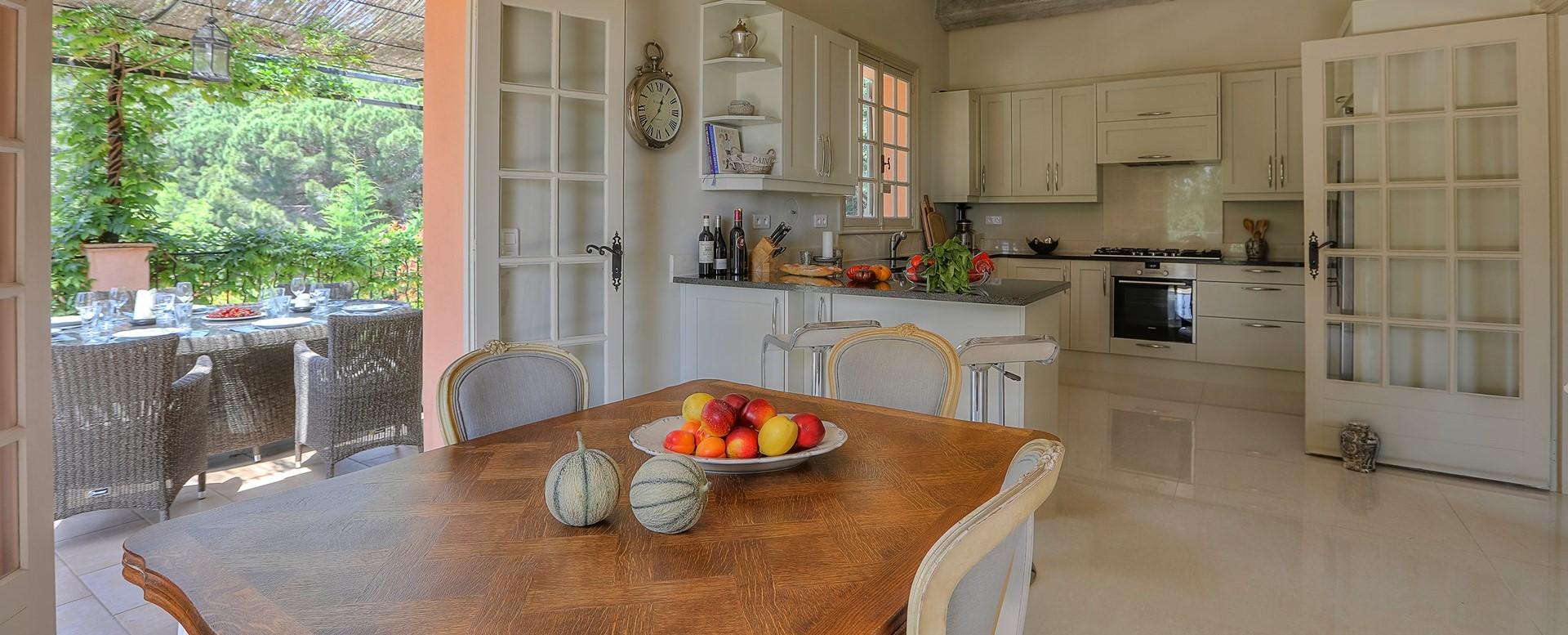 villa-gigaro-cote-d-azur-kitchen