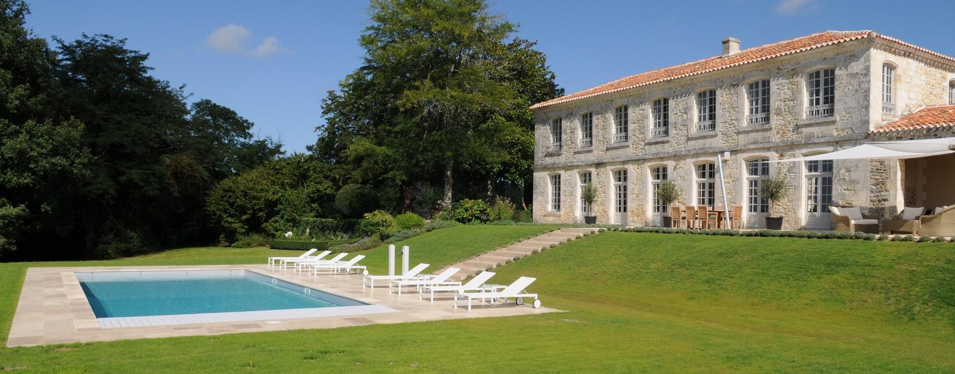 villa-domaine-de-bagatelle-pool-terrace.