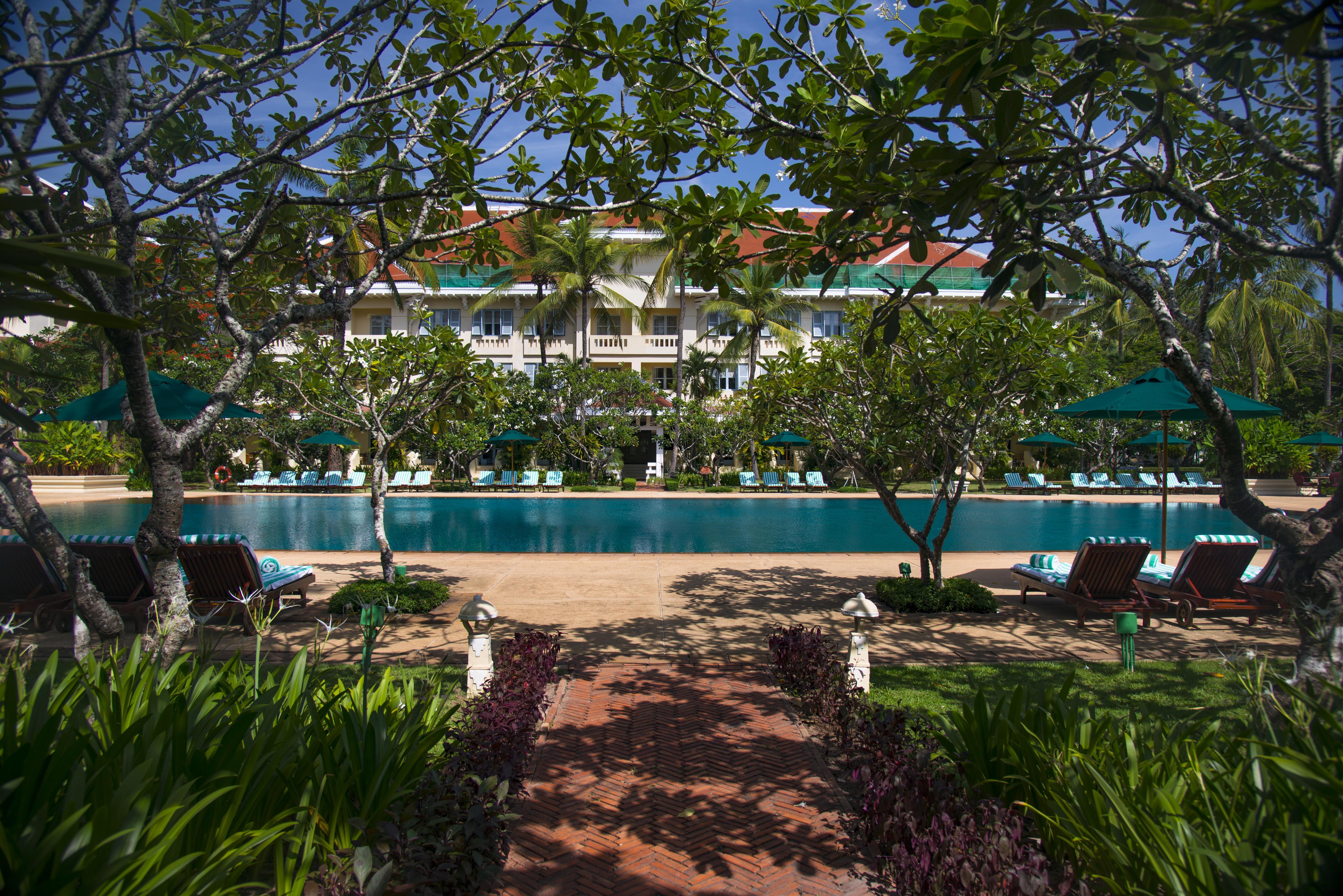 raffles-grand-hotel-dangkor-pool