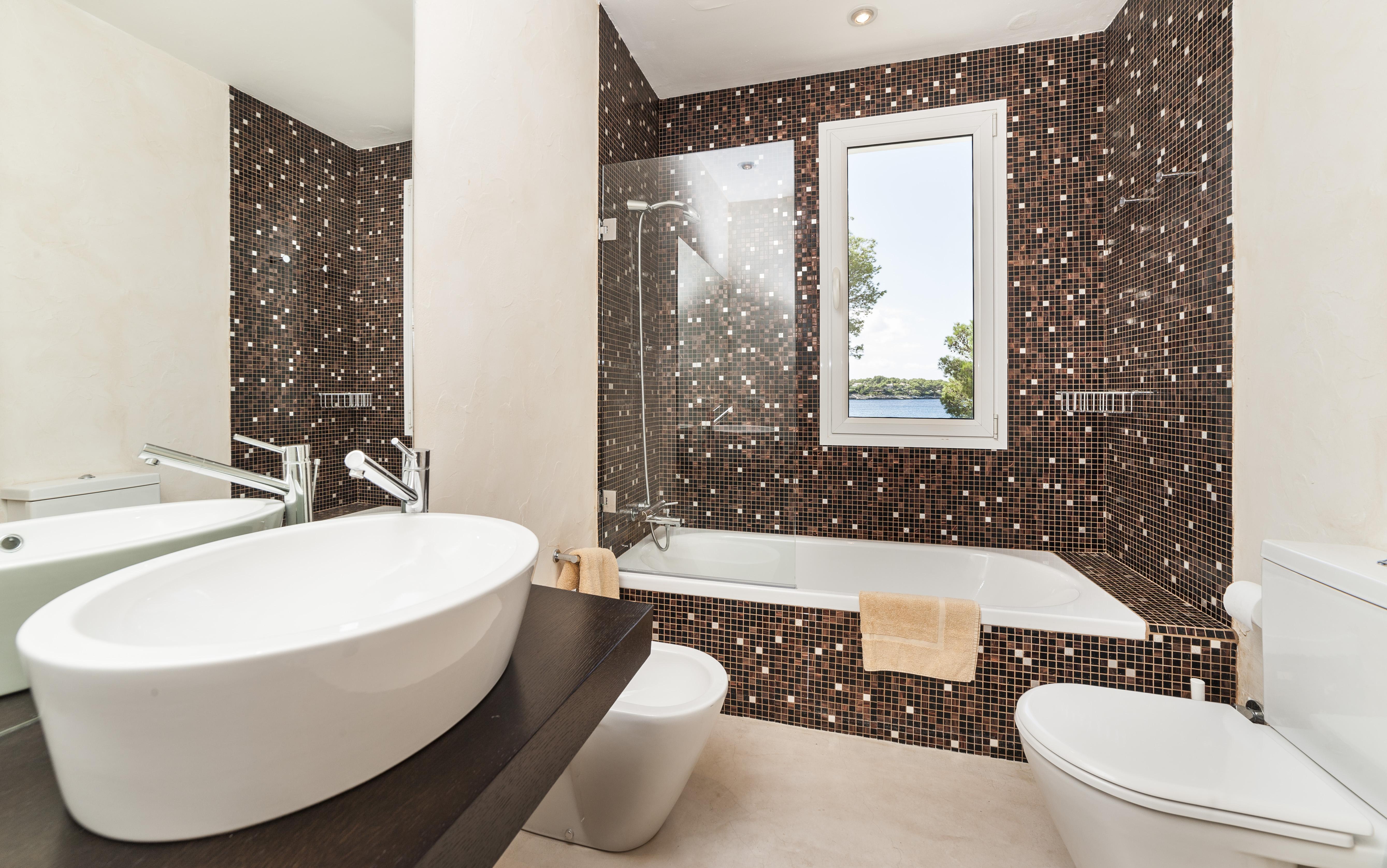 luxury-bathroom-suite-can-mondrago