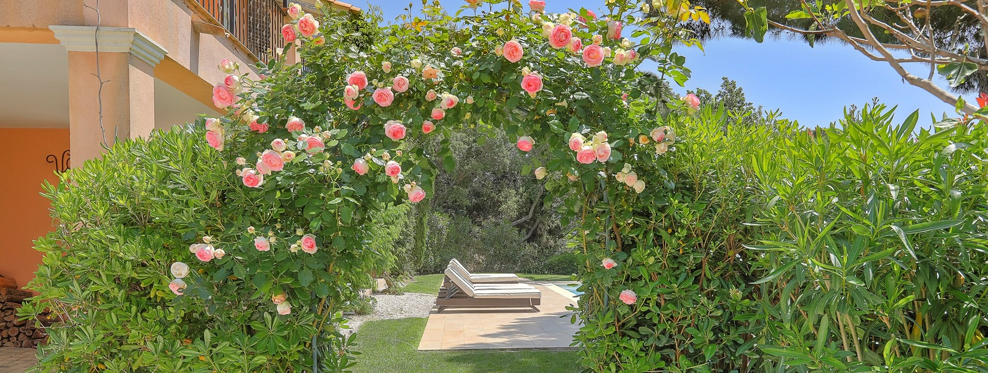 villa-gigaro-rose-arch-to-pool