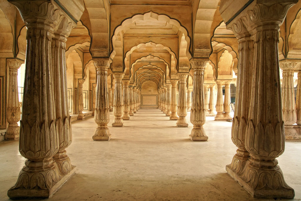 Columned-hall-of-Amber-Fort-in-Jaipur