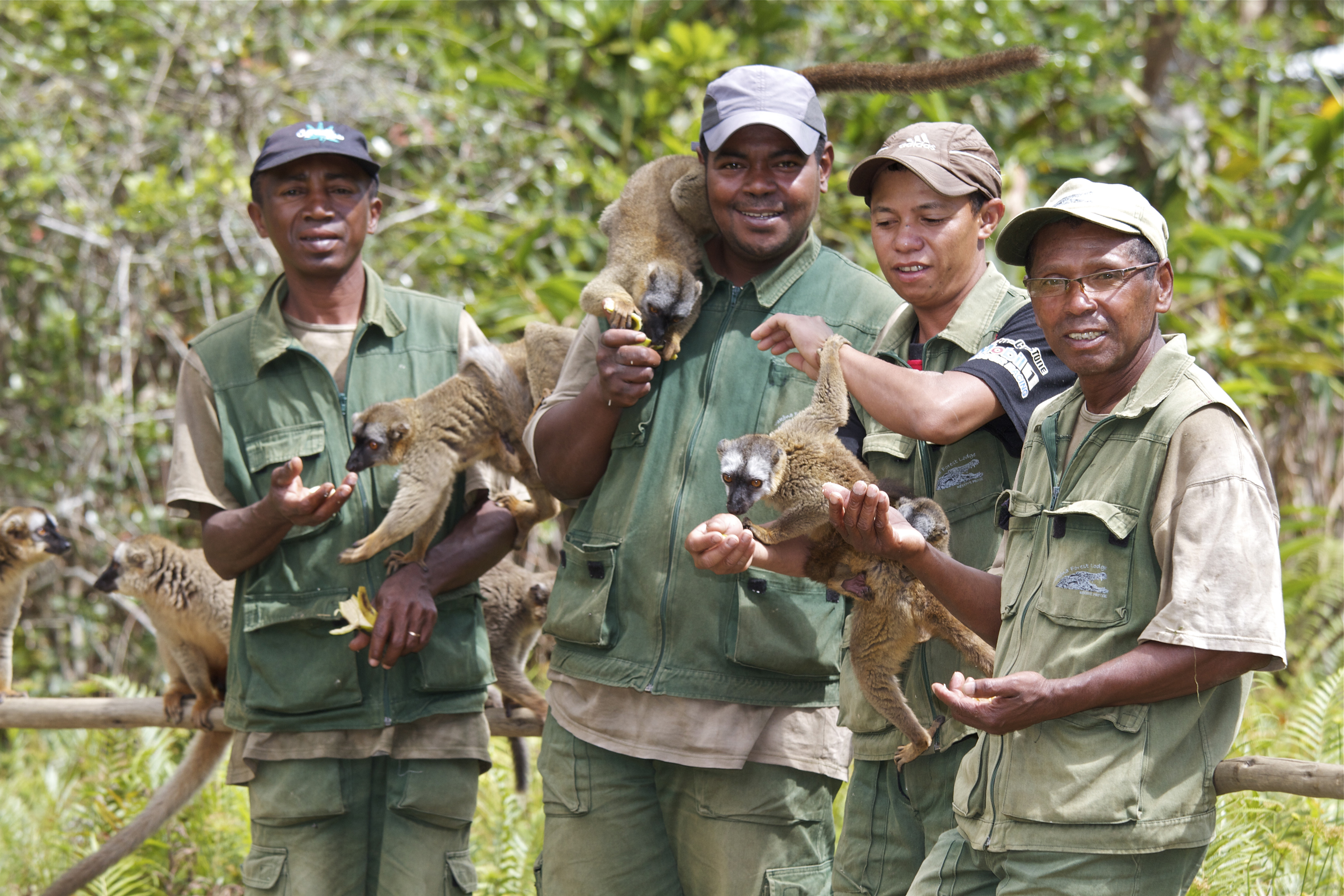 vakona-park-guides-with-lemurs