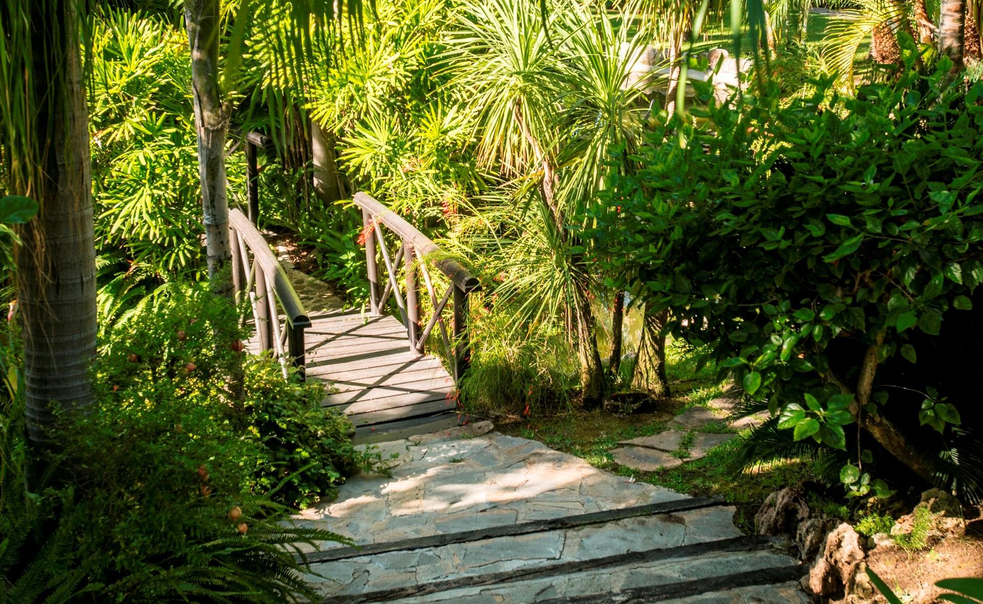 villa-marbella-garden-bridge