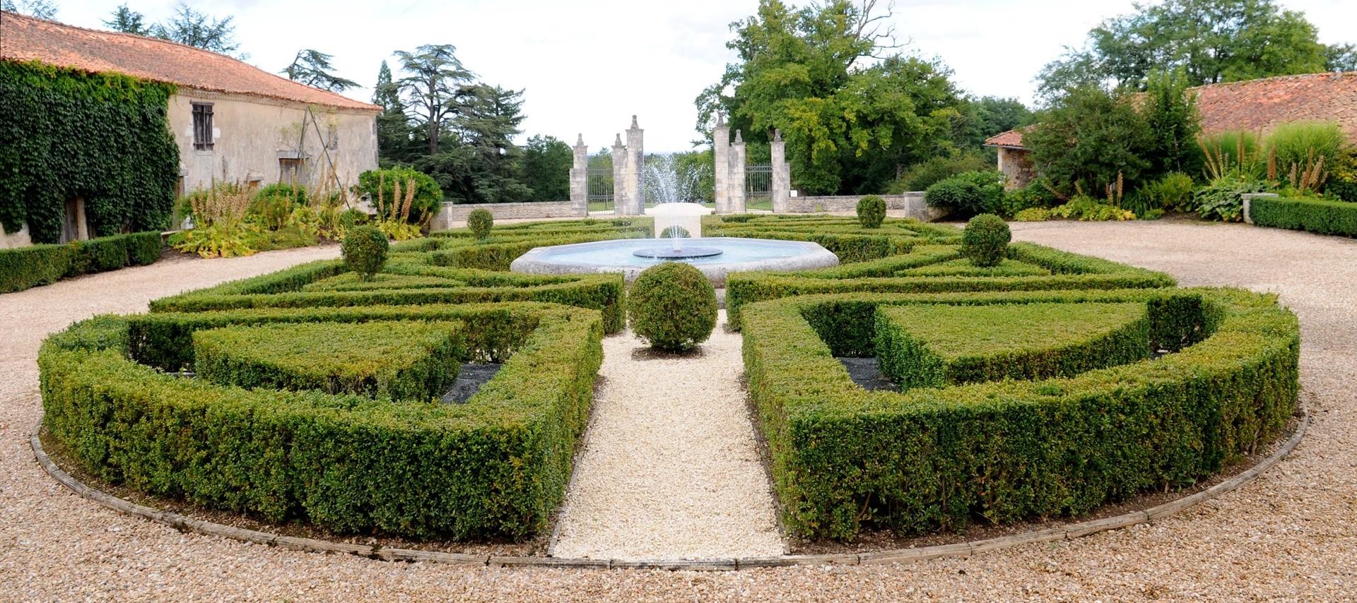 villa-domaine-de-bagatelle-formal-garden