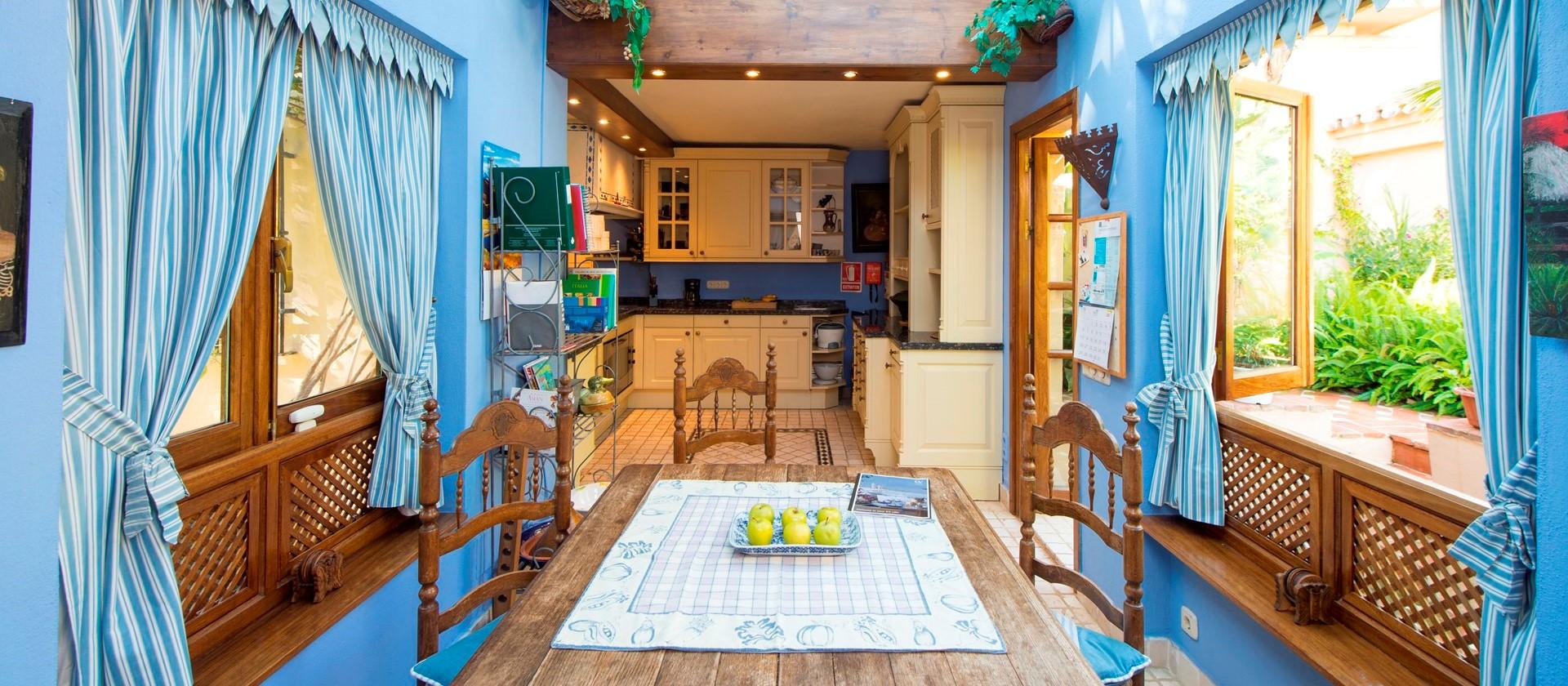 luxury-puerto-banus-villa-breakfast-room