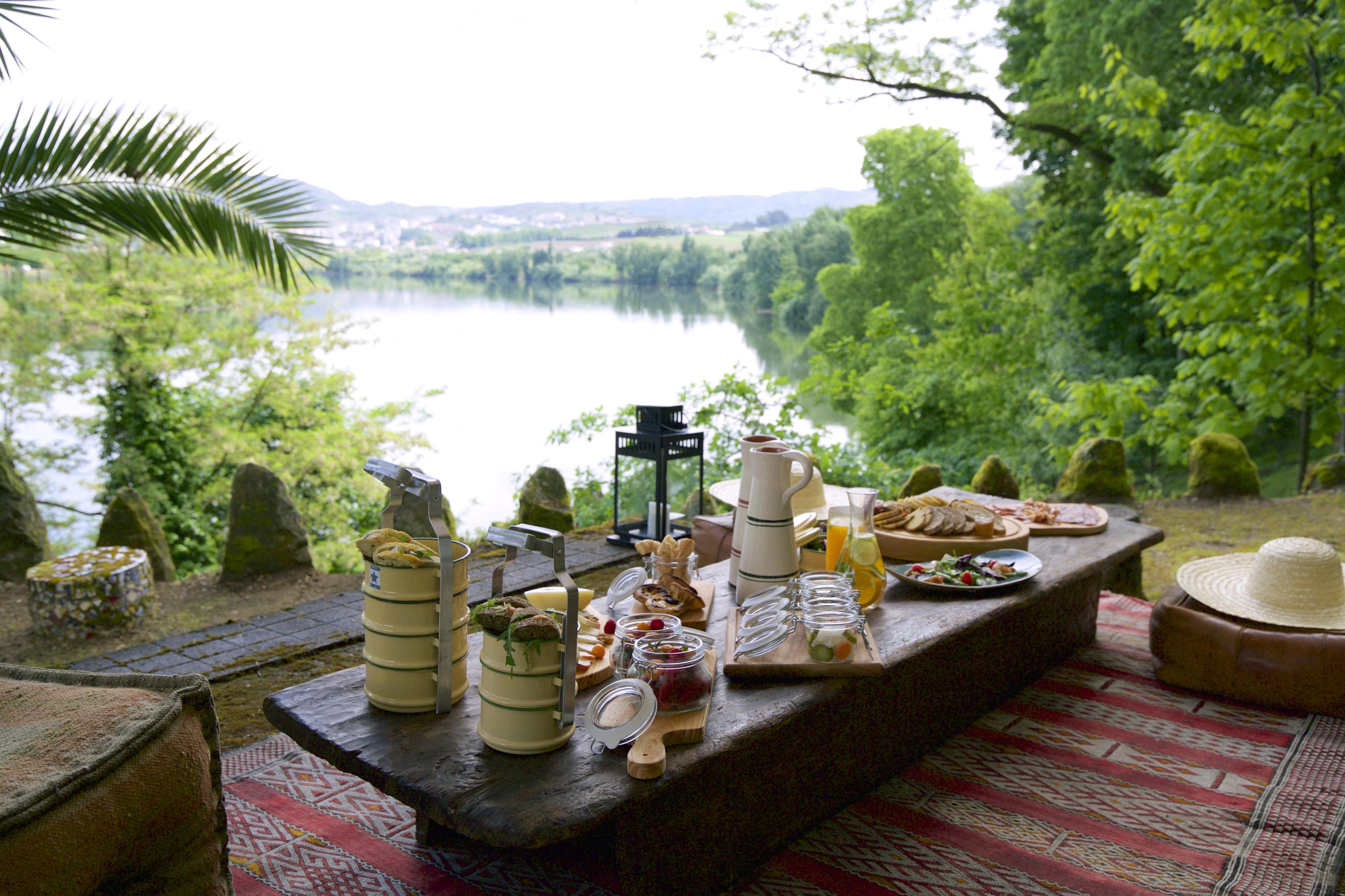 picnic-beside-douro-river