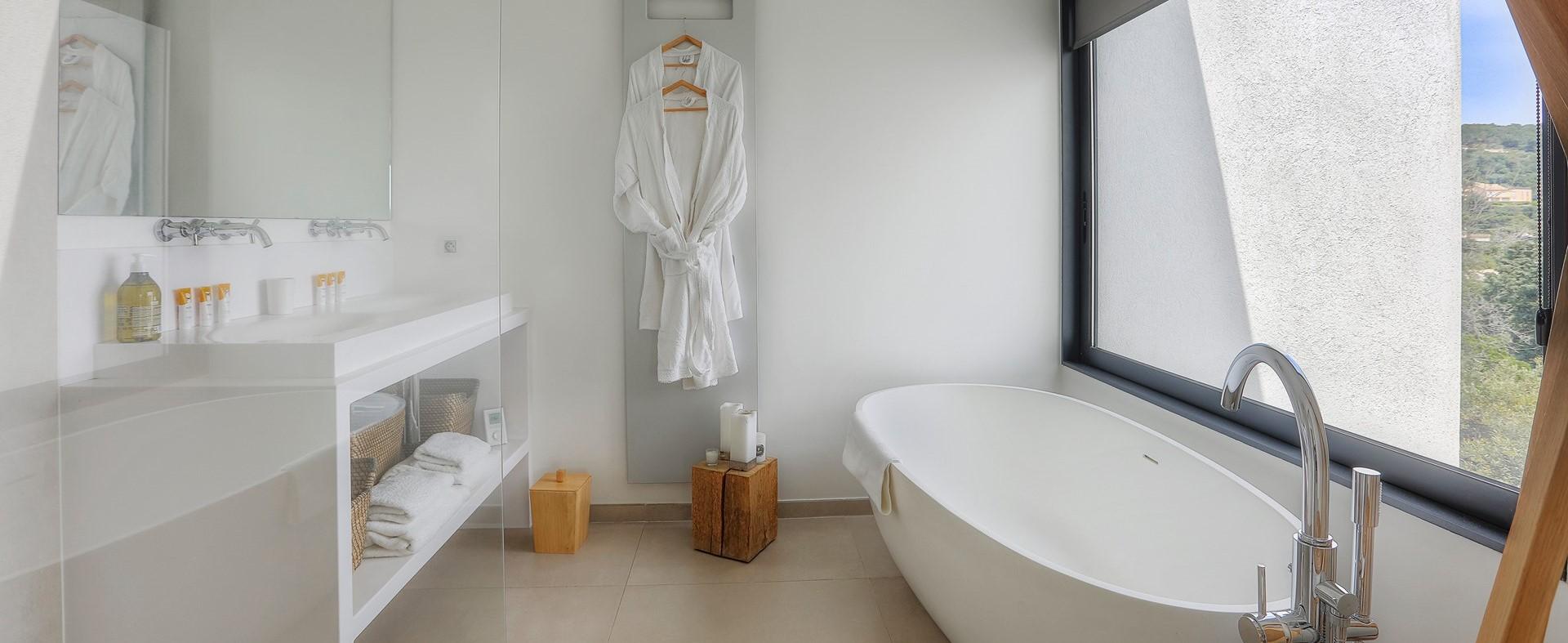 villa-grimaud-master-bedroom-ensuite