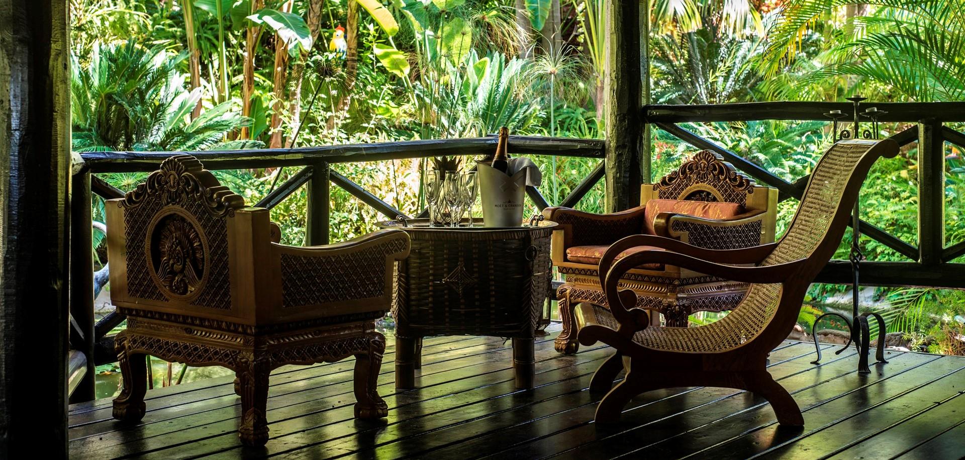 villa-marbella-garden-gazebo-seating