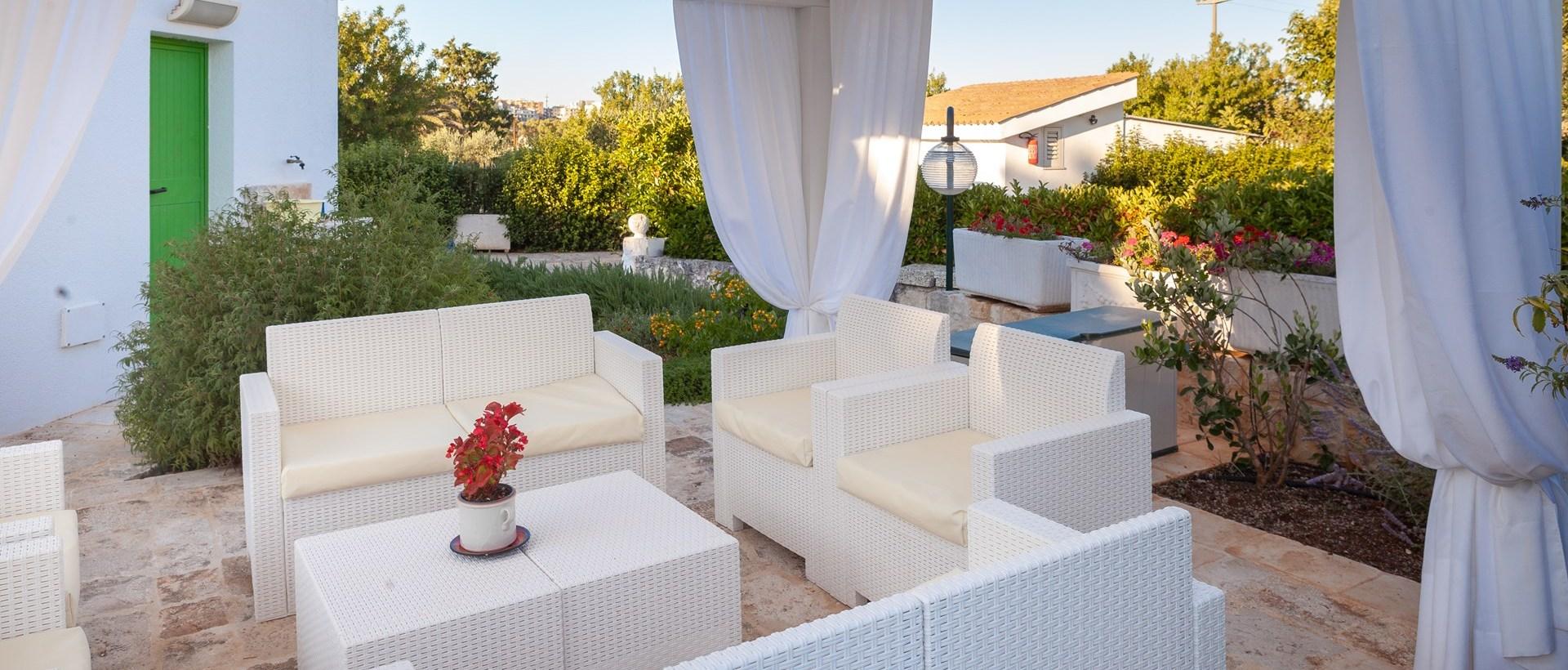 al-fresco-seating-trulli-dei-pini