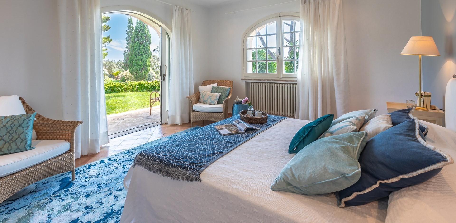 villa-vista-giglio-master-bedroom1