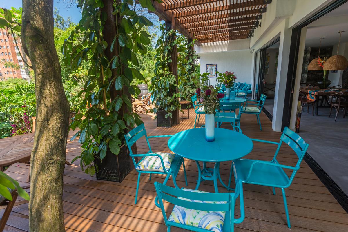 Patio-del-Mundo-terrace-chairs