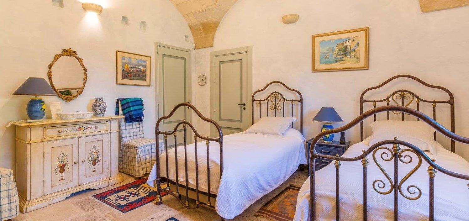 twin-bedroom-vaulted-ceiling
