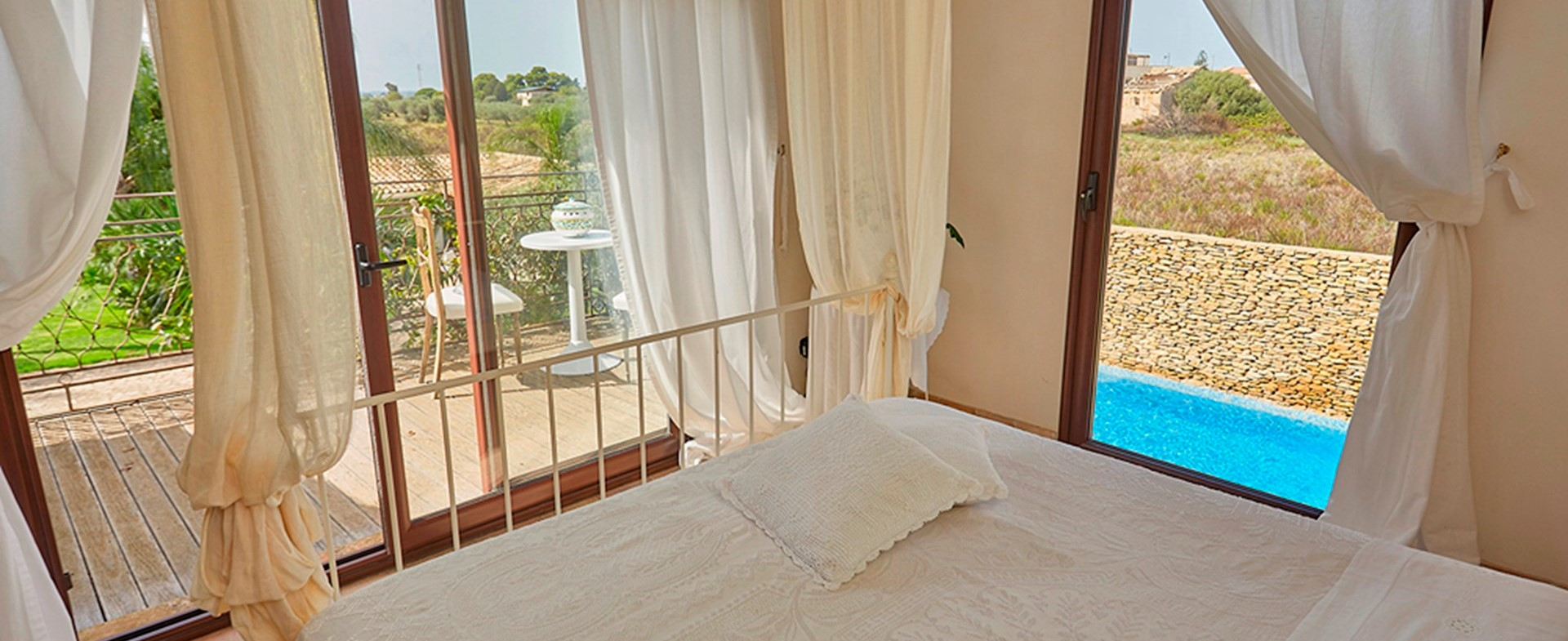 villa-selinunte-sicily-double-bedroom-2.