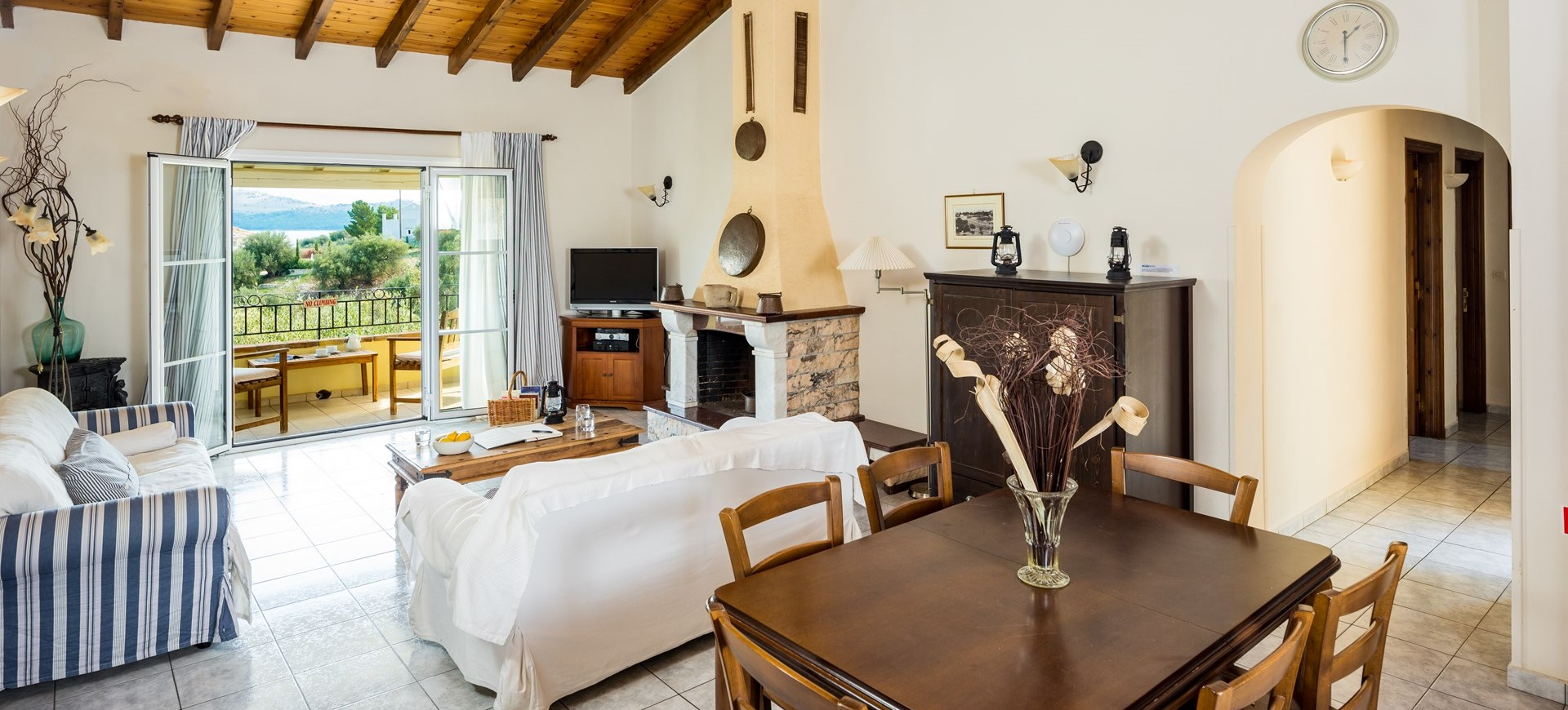villa-giorgos-corfu-living-room