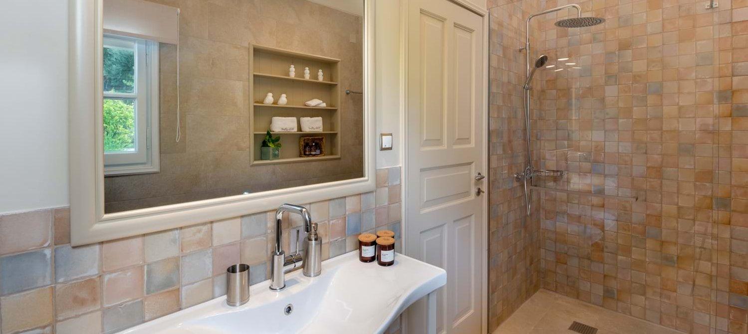 villa-rodi-corfu-ensuite-shower