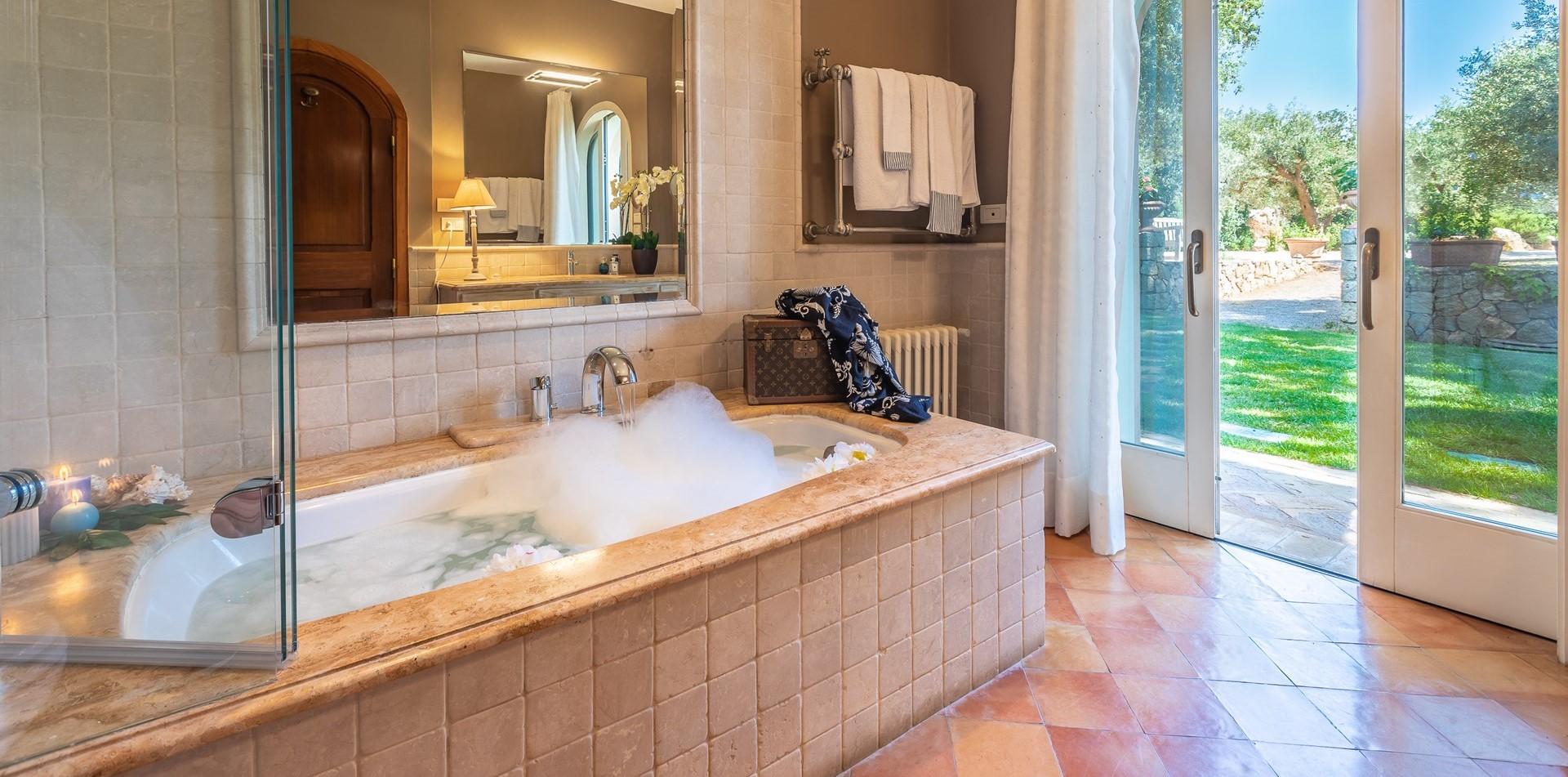 villa-vista-giglio-master-bathroom