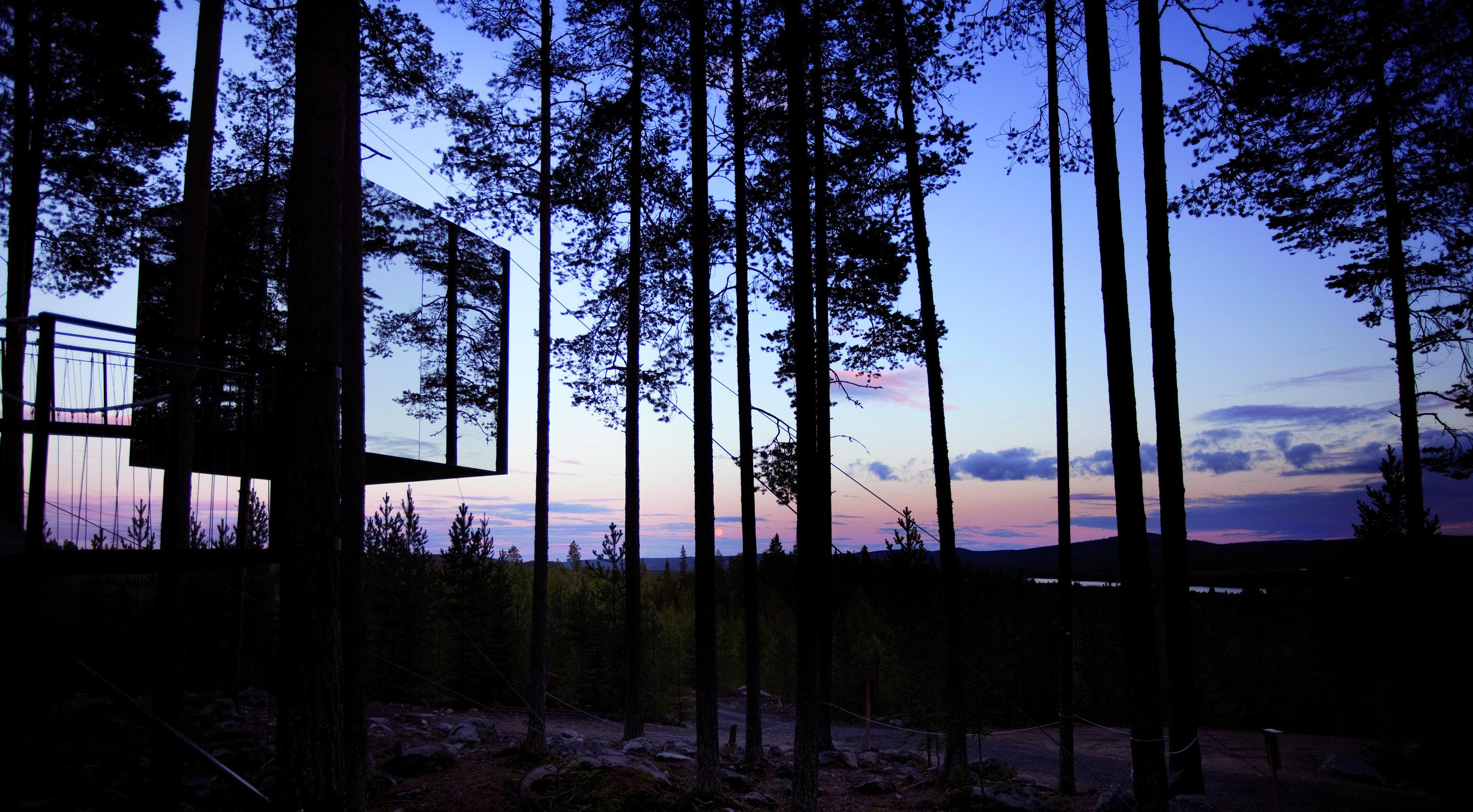 mirror_cube_exterior_dusk