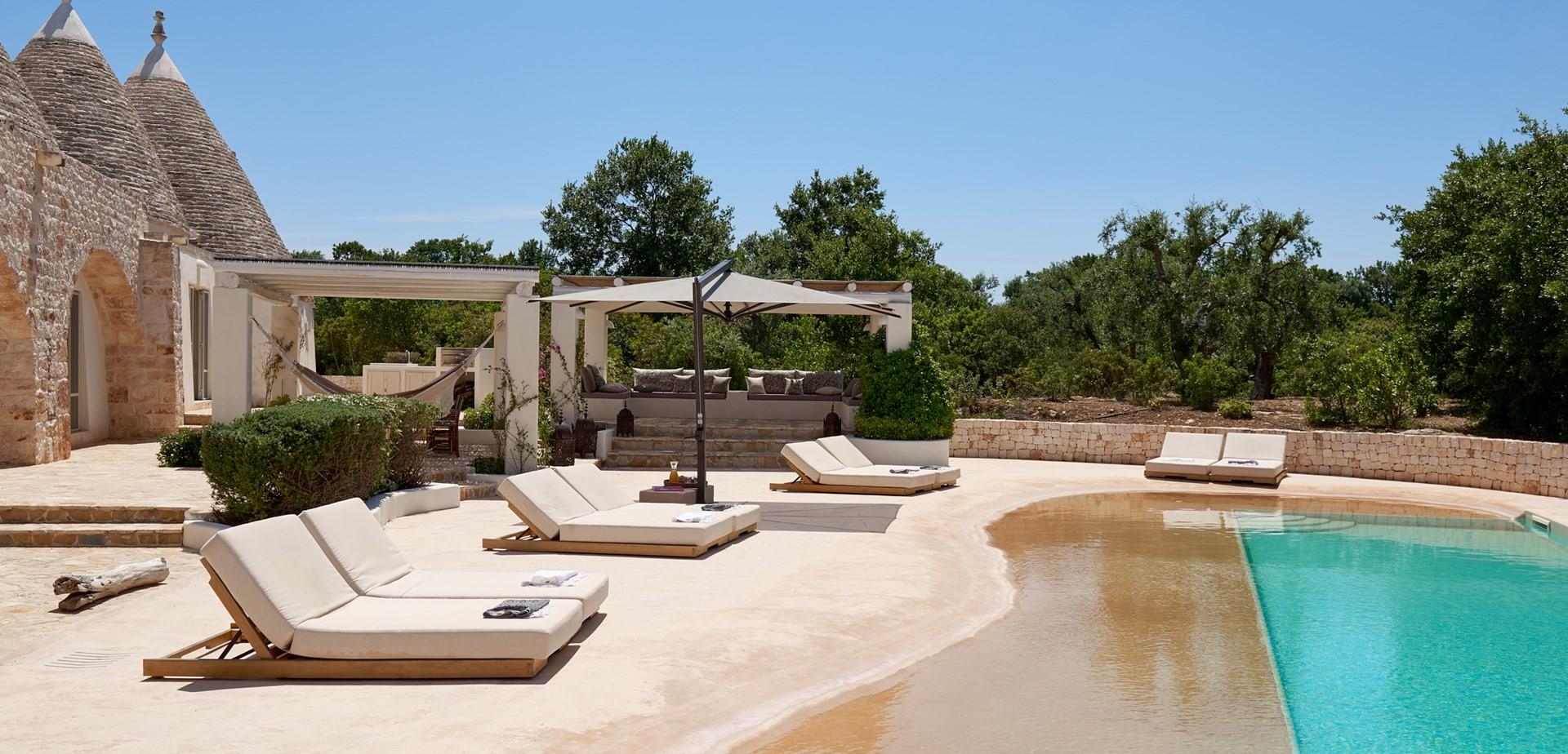 trulli-fiori-puglia-pool-terrace