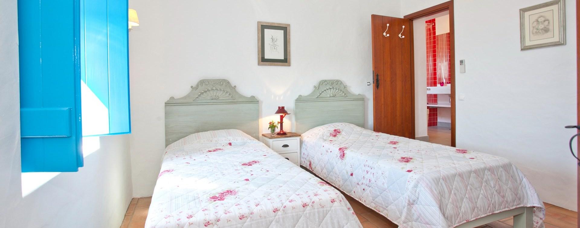 beach-cottage-twin-bedroom1