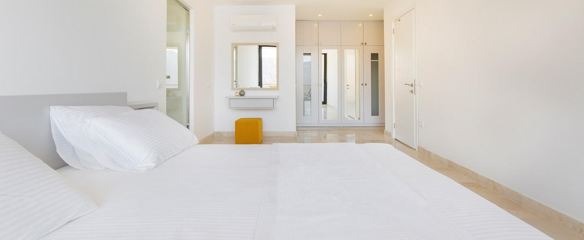 villa-kalamar-double-bedroom2