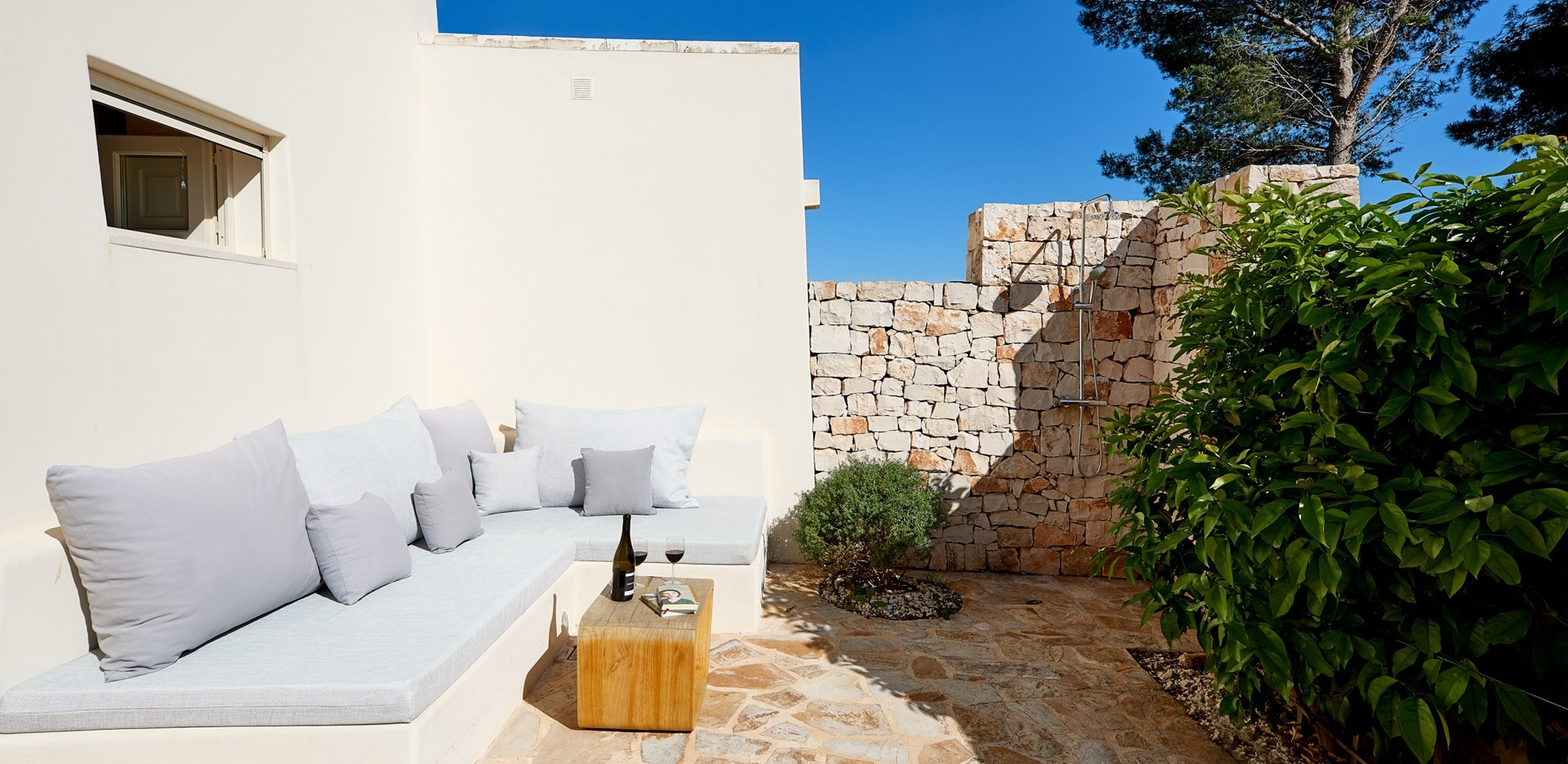 villa-verbena-double-bedroom-outdoor-sho