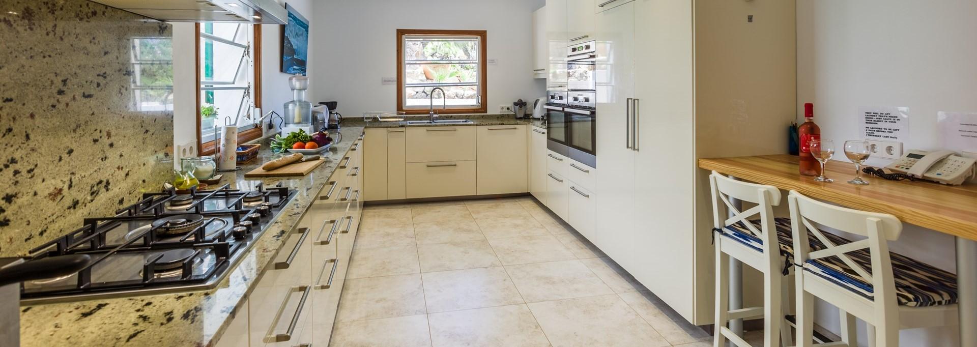 villa-mar-azul-mallorca-kitchen