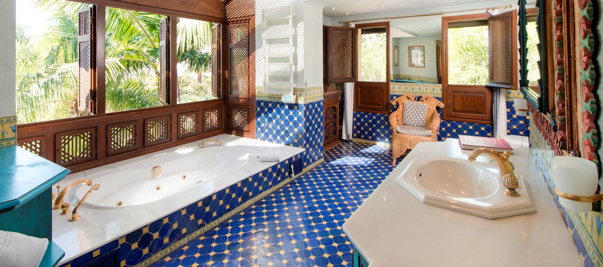 villa-marbella-master-bathroom