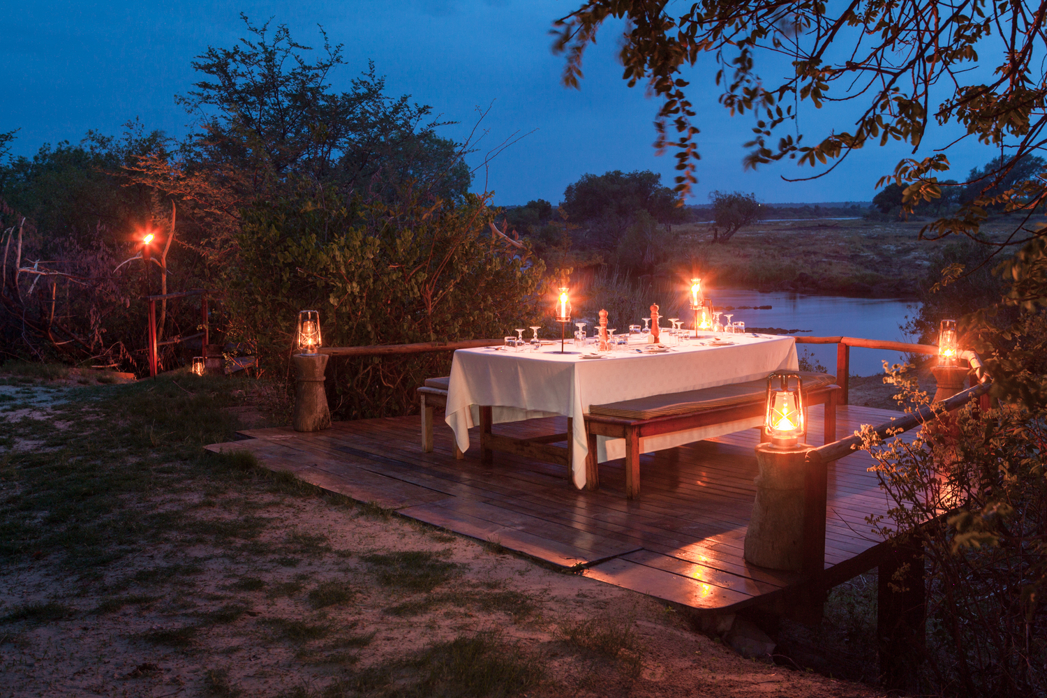 dining-beside-zambezi-river